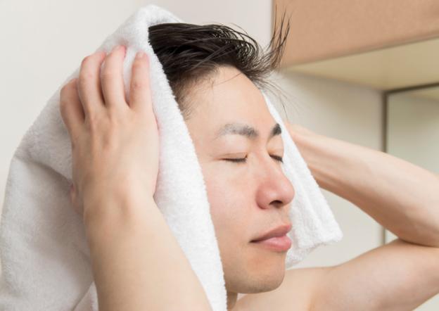 洗髪後の育毛剤は髪を乾かす前と後どっちが髪に良い?